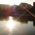 朝日に映える入り江の氷