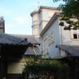 和館の裏庭から見上げた洋館
