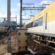 桑名駅南の小踏切を通過する電車